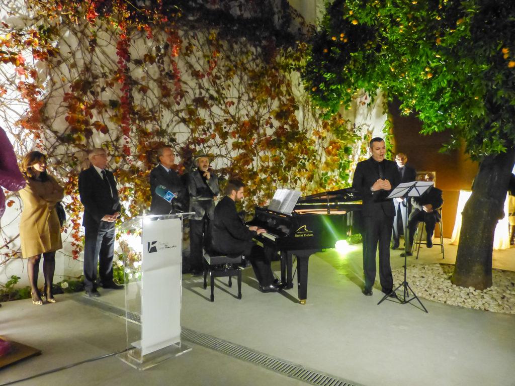 D. Francisco de la torre, D. Jorge Rando escuchando el concierto de obras de D. Juan Manuel Parra con pomeas de E. Barlach interprestados por