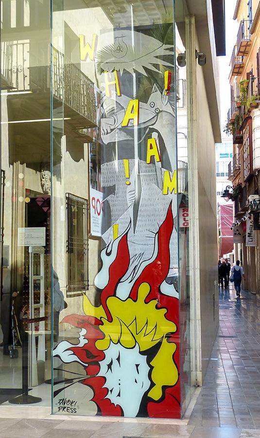 Original montaje del escaparate de la tienda del Museo Carmen Thyssen tomando como base una de las imágenes de esta exposición