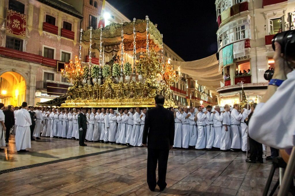 Trono de la Virgen de la Esperanza en salida procesional