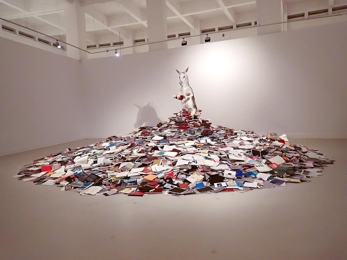 """""""Asneria"""" una obra de Pilar Albarracín sobre los críticos de arte..."""